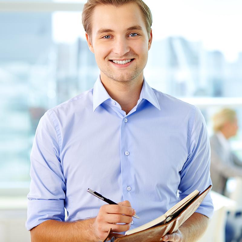 BRITA Karriere junger Mann im Büro macht Notizen