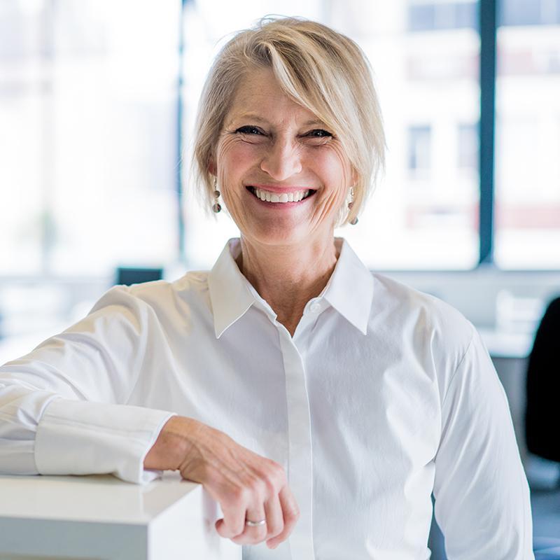 BRITA Karriere lächelnde Frau in Büro