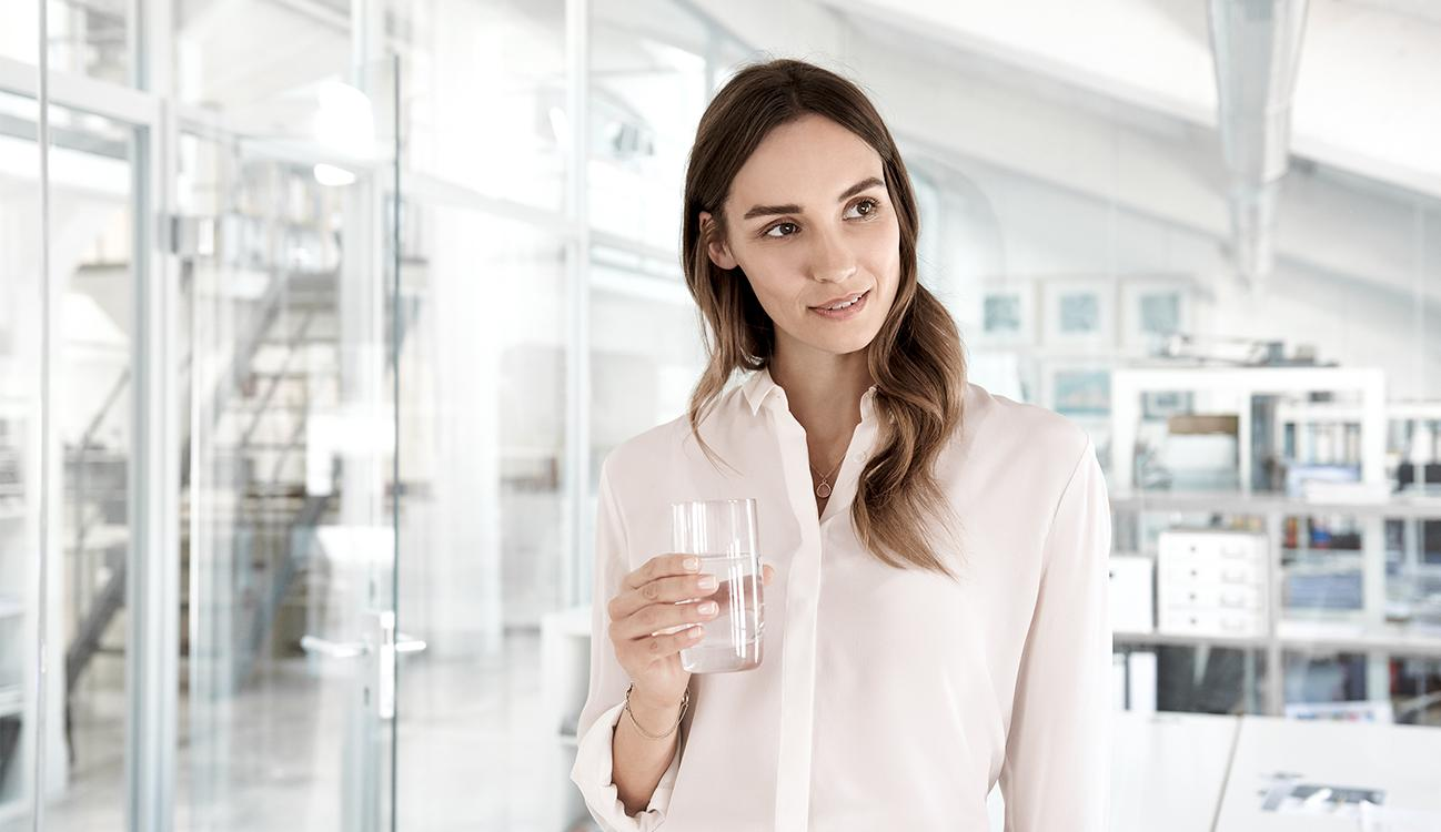 BRITA Vision Frau mit Wasserglas
