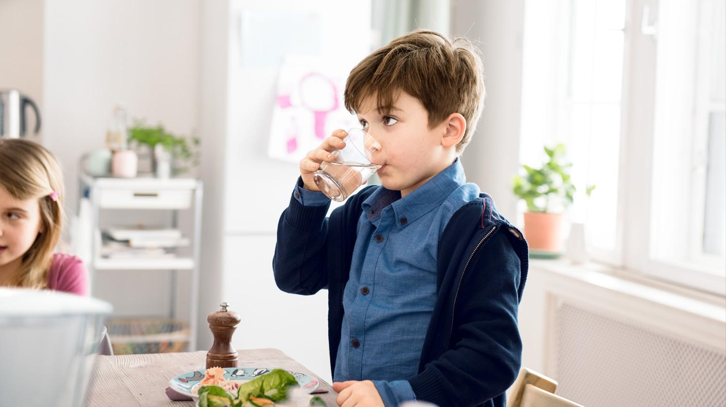 BRITA persönlicher Wasserbedarf Junge trinkt