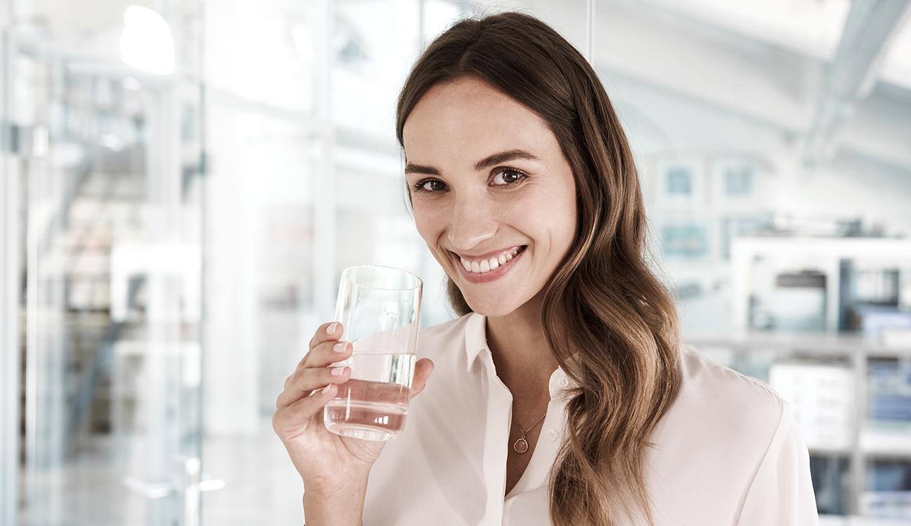 BRITA Abfallvermeidung Frau Büro Wasserglas