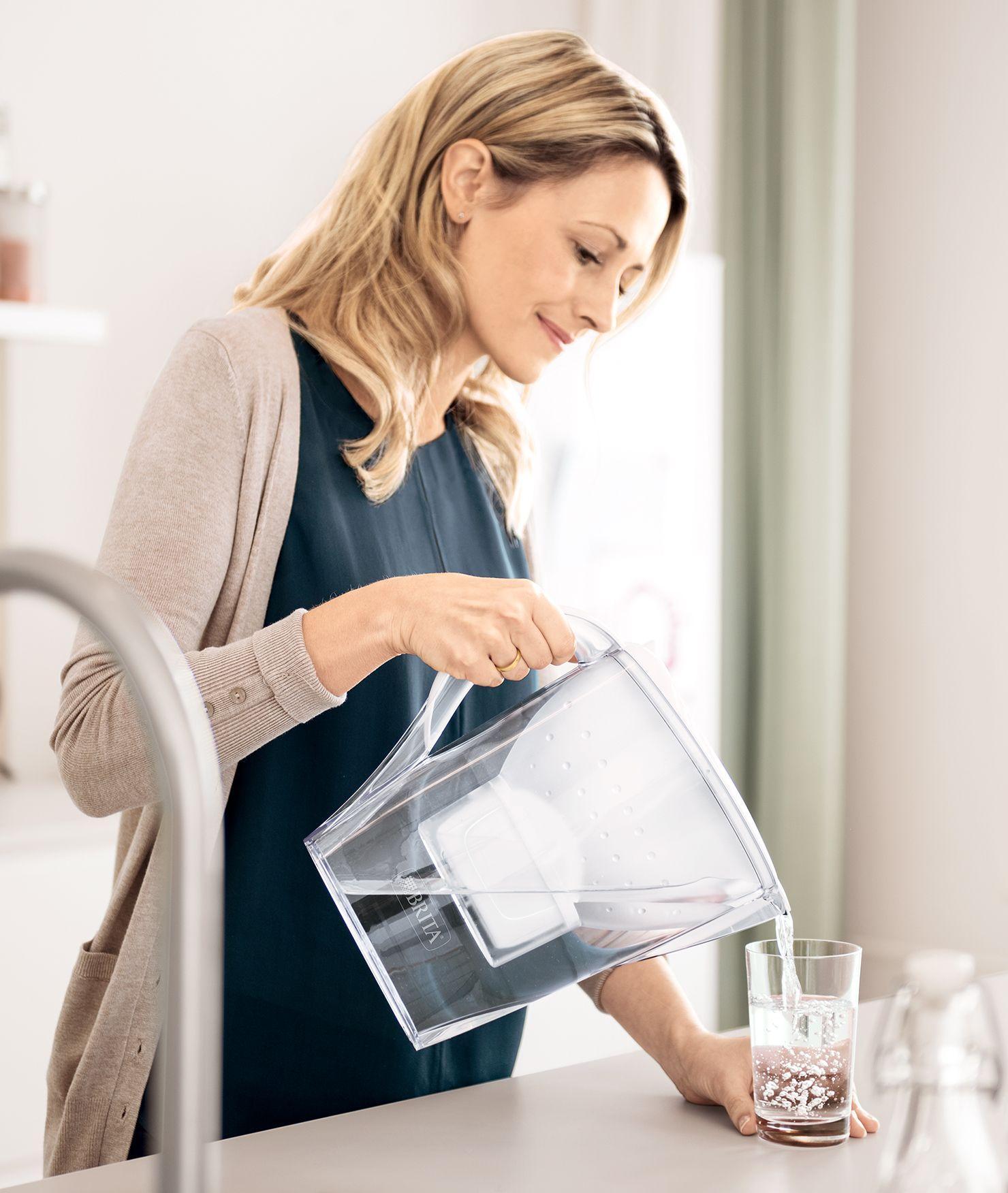 BRITA fill&enjoy Marella Cool white: Frau in Küche