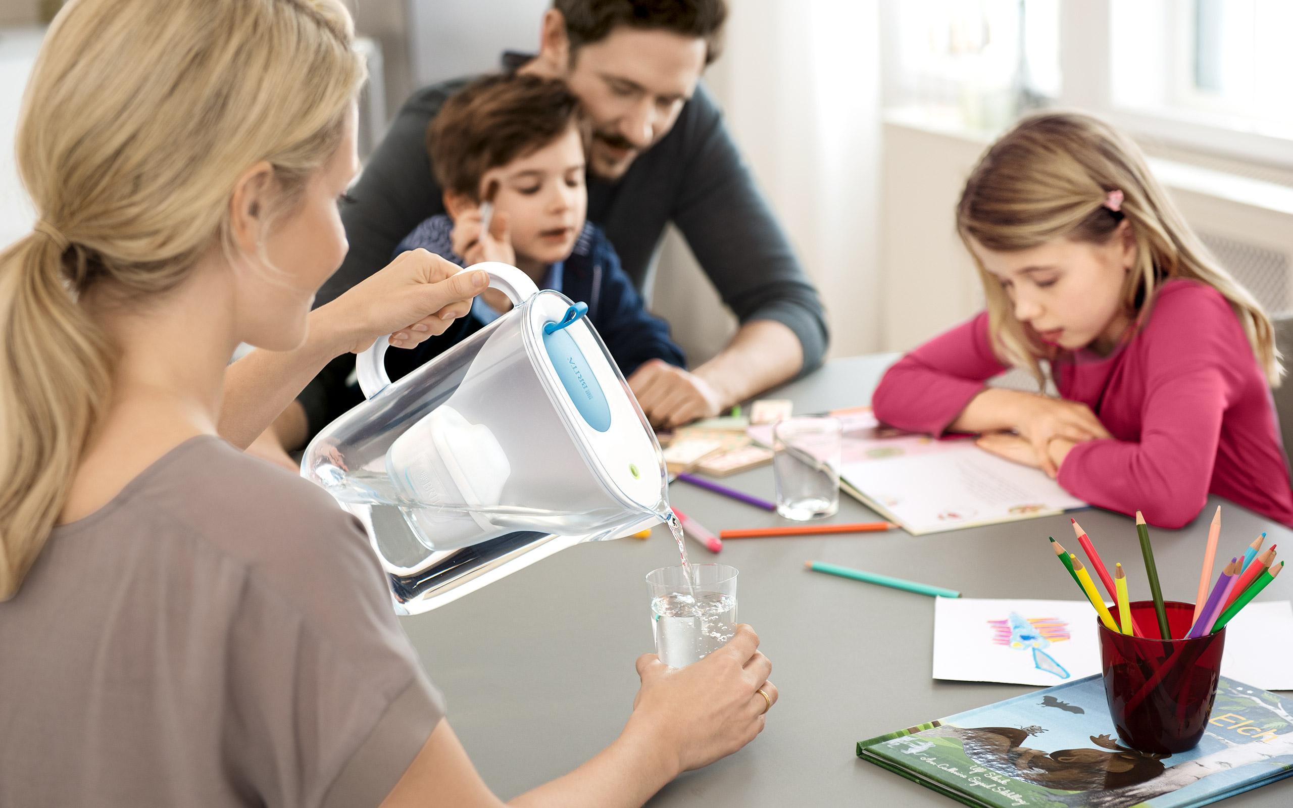 BRITA fill&enjoy Style soft blue: Familie in Küche