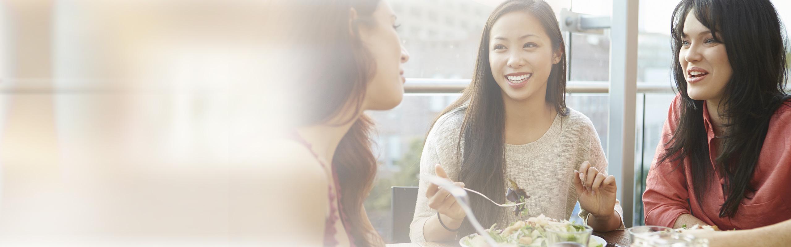 BRITA Wasserspender Restaurants Freunde beim Essen