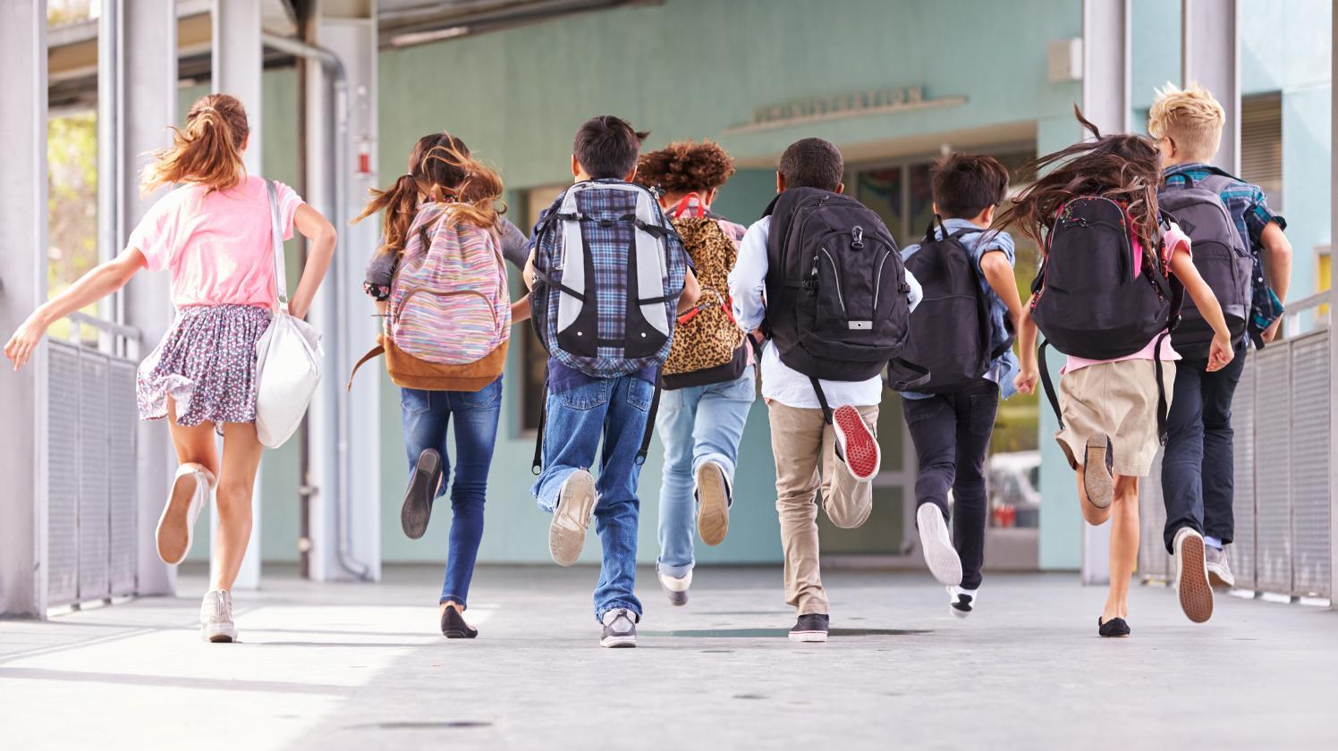 BRITA Wasser für Schulen – Kinder laufen in Schule