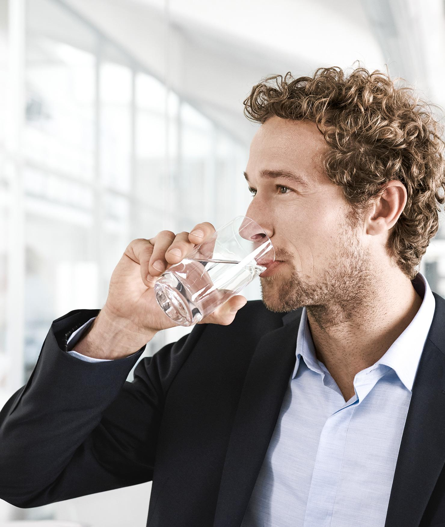 BRITA filter HS1 office man drink close-up