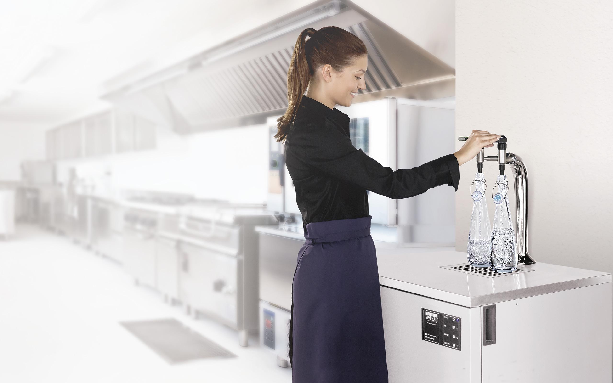 BRITA dispenser VIVREAU Bottler vrouw navulling