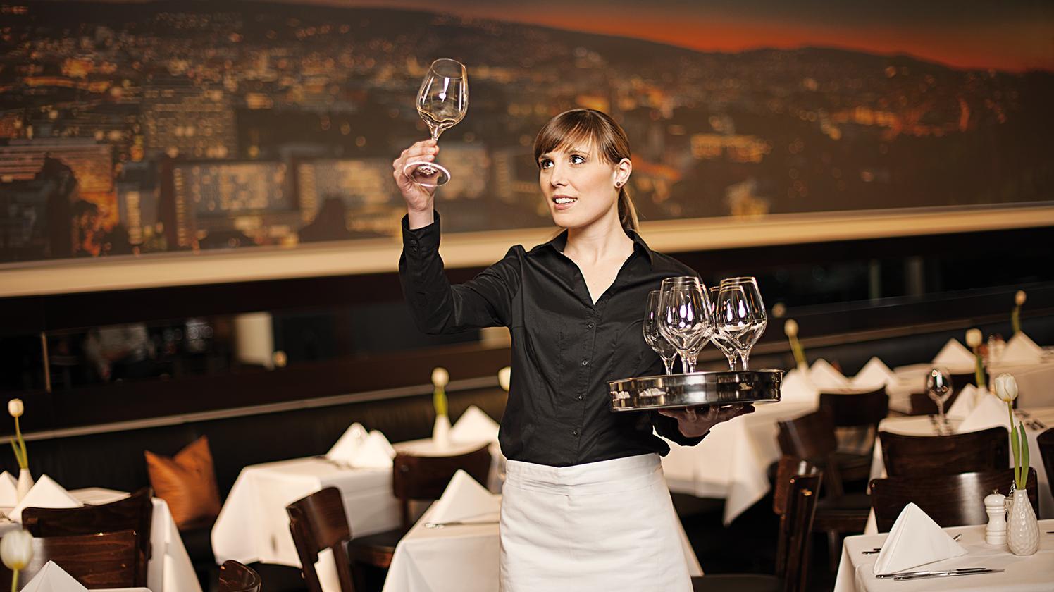 Restaurant Wasserspender Kellnerin hält Glas