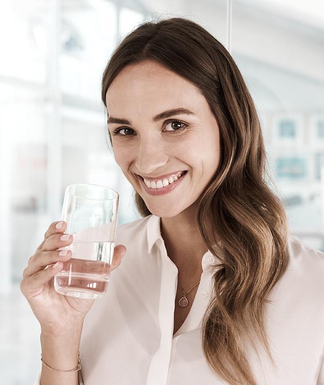 Prevenzione rifiuti BRITA donna ufficio acqua