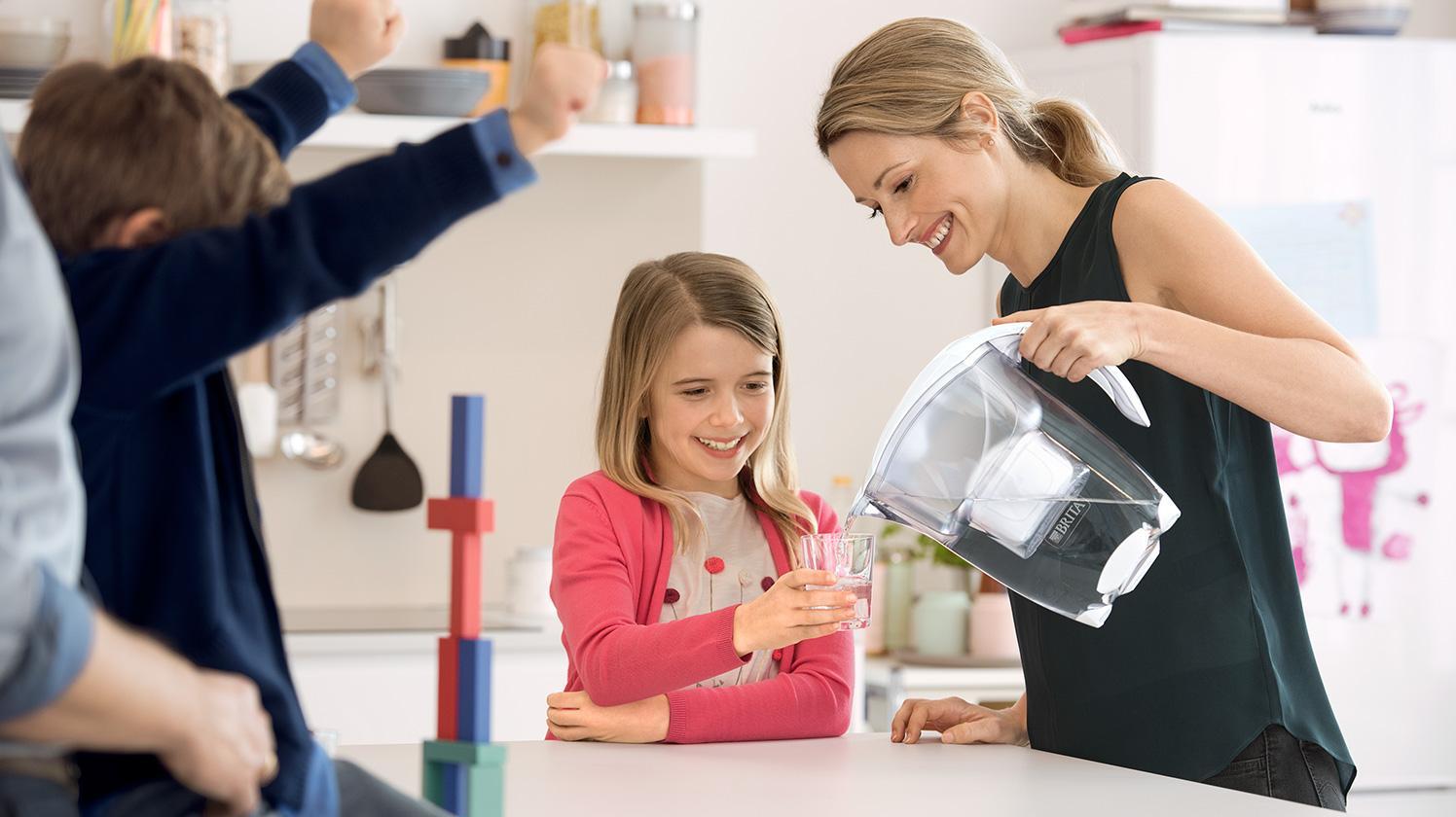 BRITA persönlicher Wasserbedarf Familie in Küche
