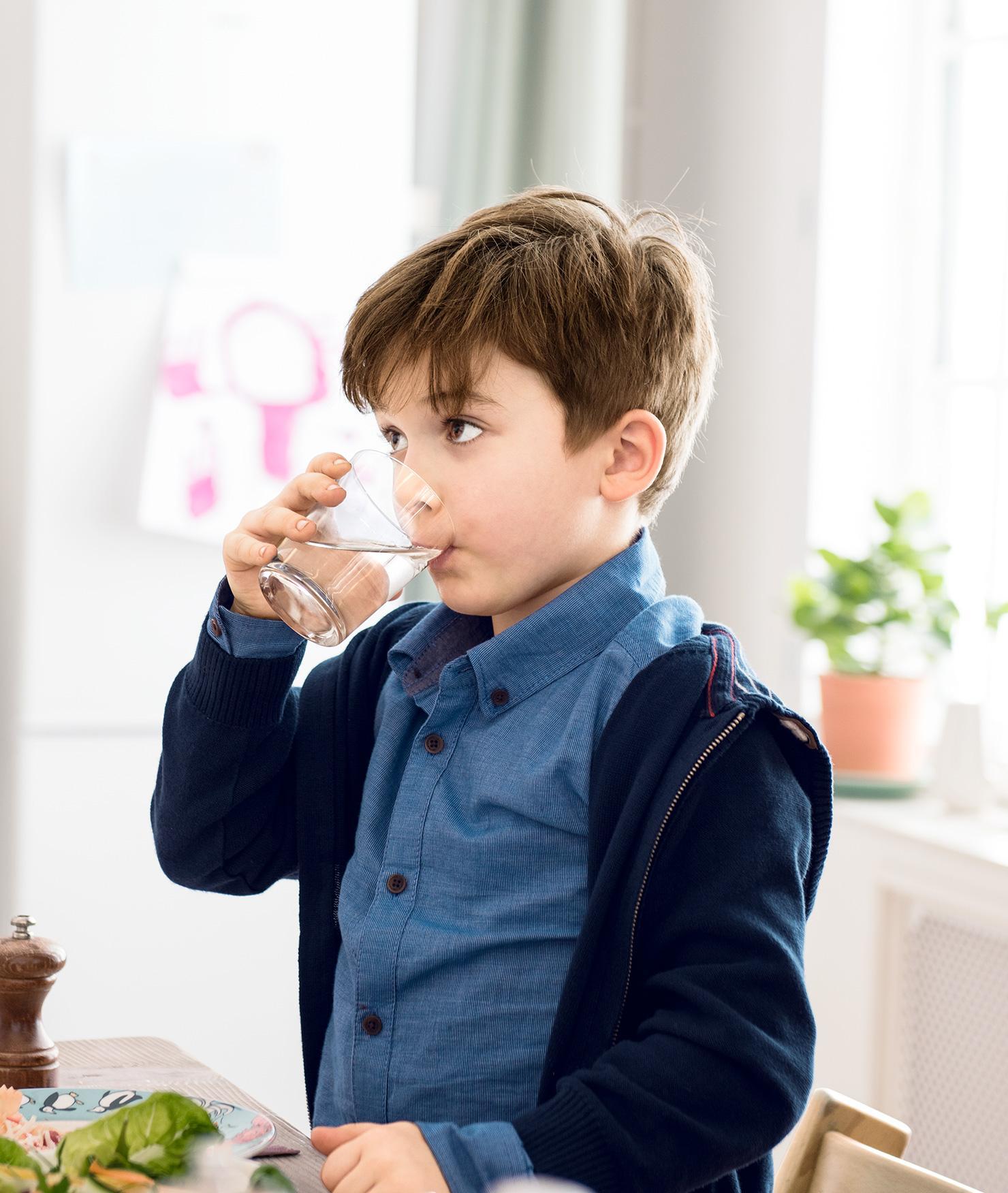 BRITA indywidualne nawodnienie chłopiec pije wodę