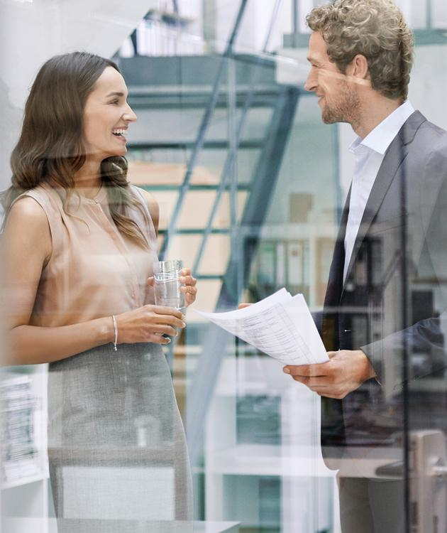 BRITA Karriere Mann Frau Büro Gespräch