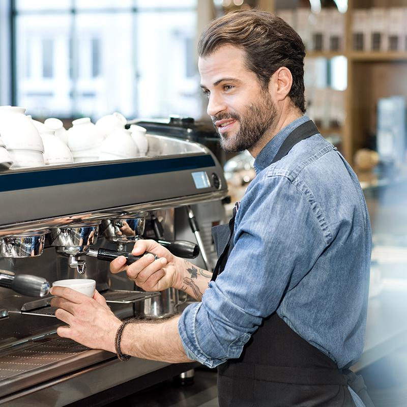 BRITA over barista in koffiebar maakt koffie