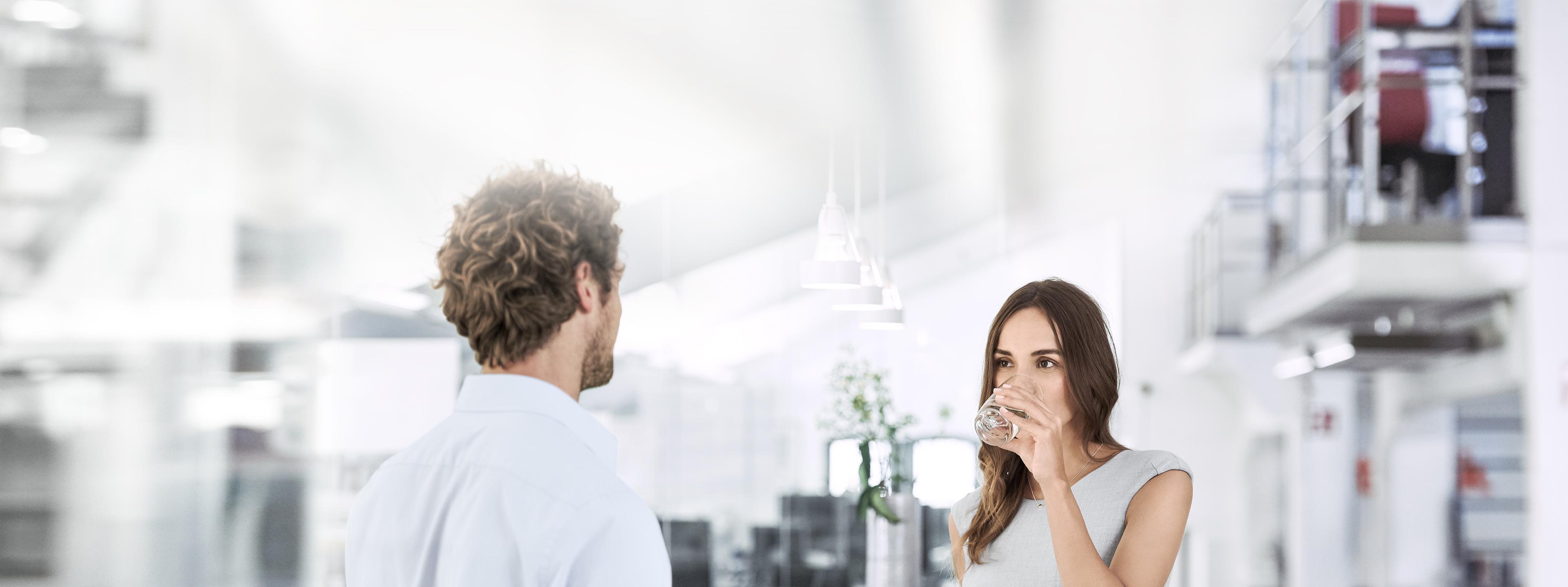 BRITA a BRITA casal conversar no escritório mulher