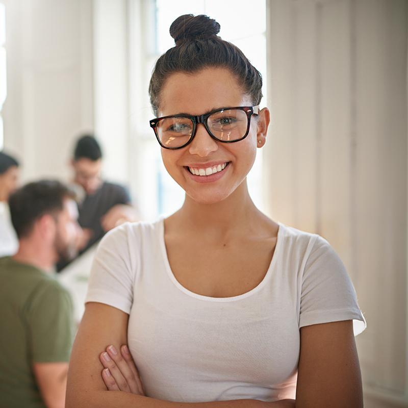 BRITA empleo mujer joven sonriente