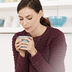 BRITA café mulher na cozinha a beber café