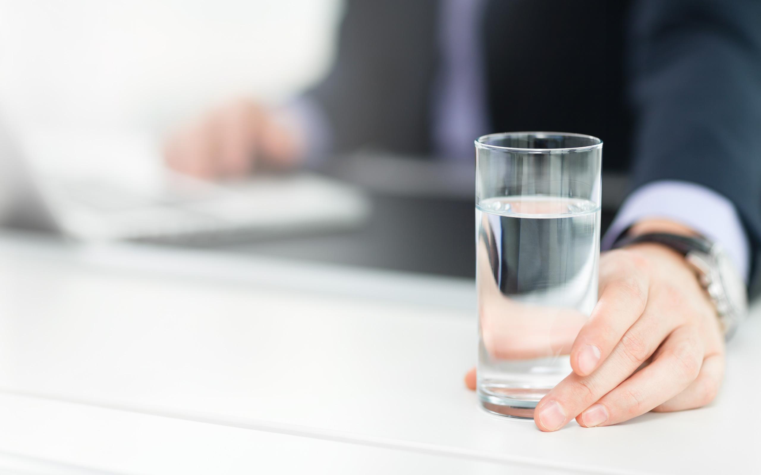BRITA waterdispenser waterglas op bureau