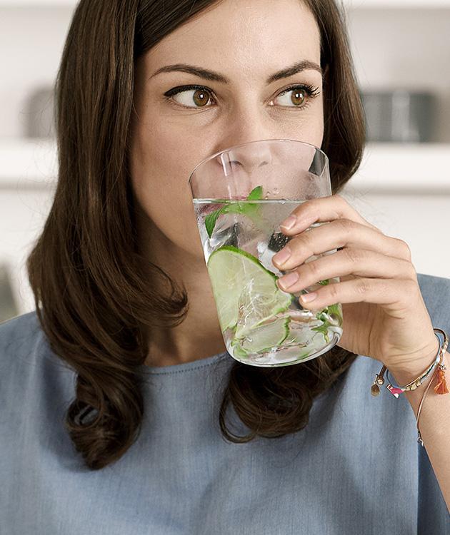 BRITA besoin hydratation perso femme buvant l'eau