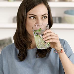 BRITA hidratación personal mujer bebiendo agua