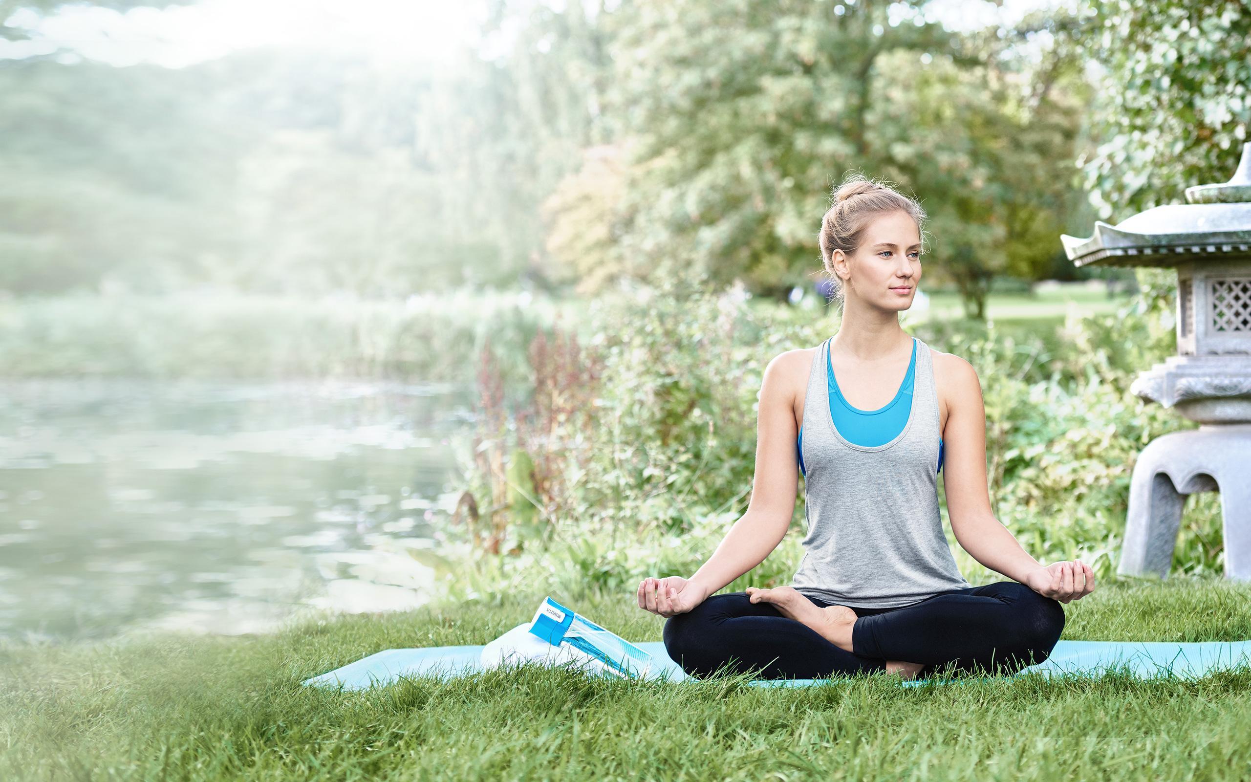 BRITA fabbisogno idrico donna fa yoga al parco