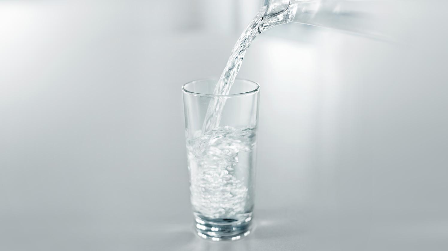 BRITA hidratación personal llenando vaso de agua