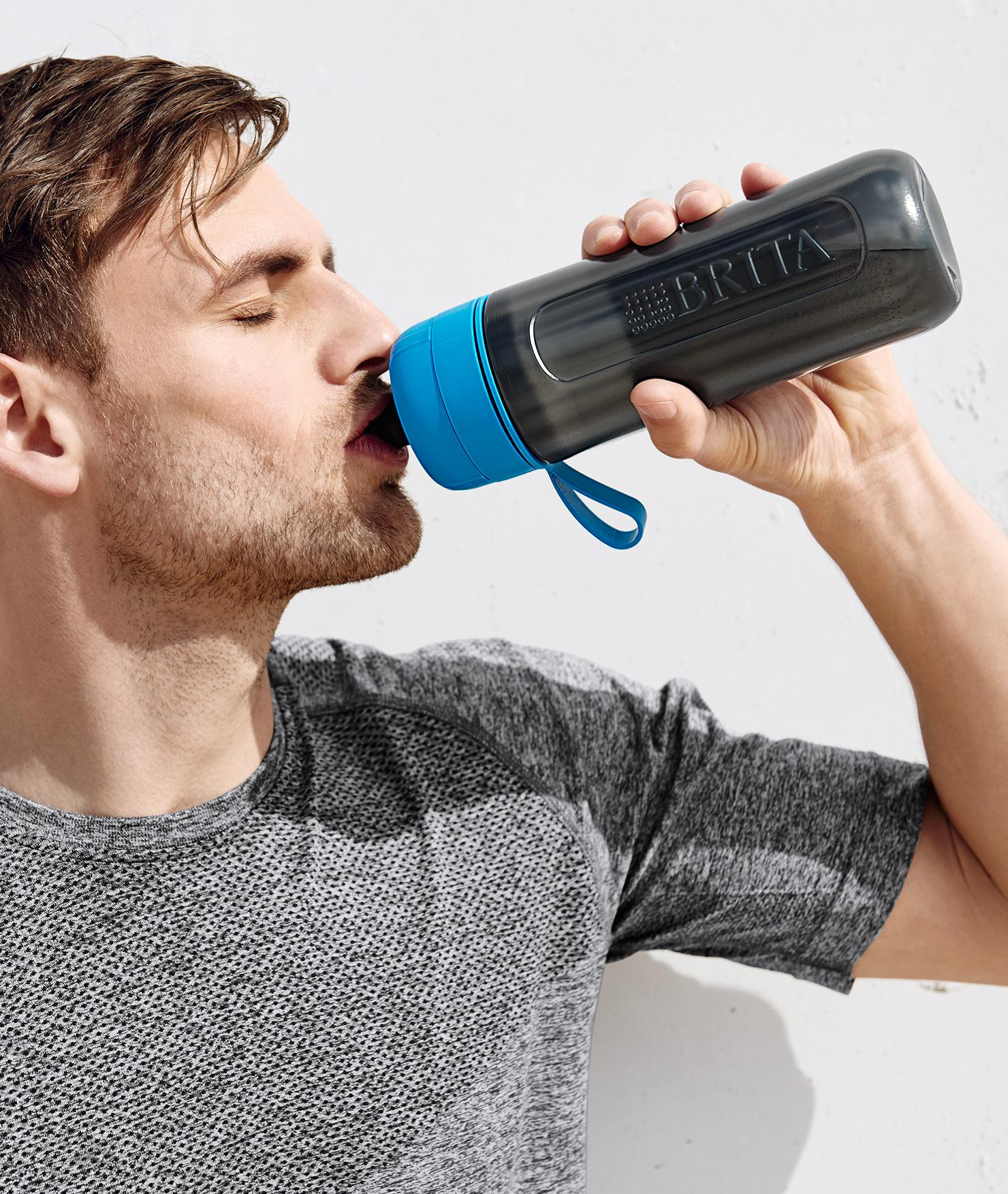 BRITA hidratación personal hombre bebiendo agua
