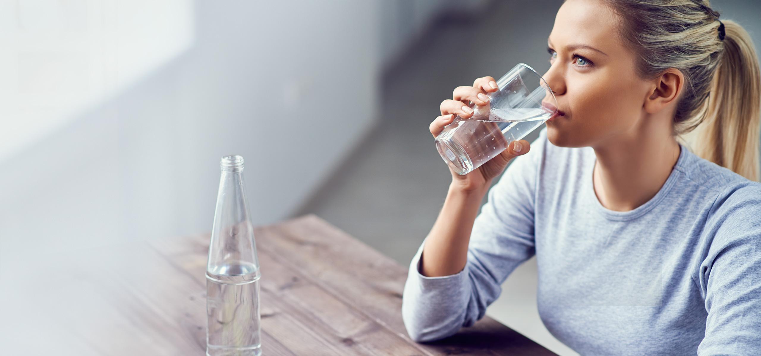 BRITA persönlicher Wasserbedarf Frau trinkt