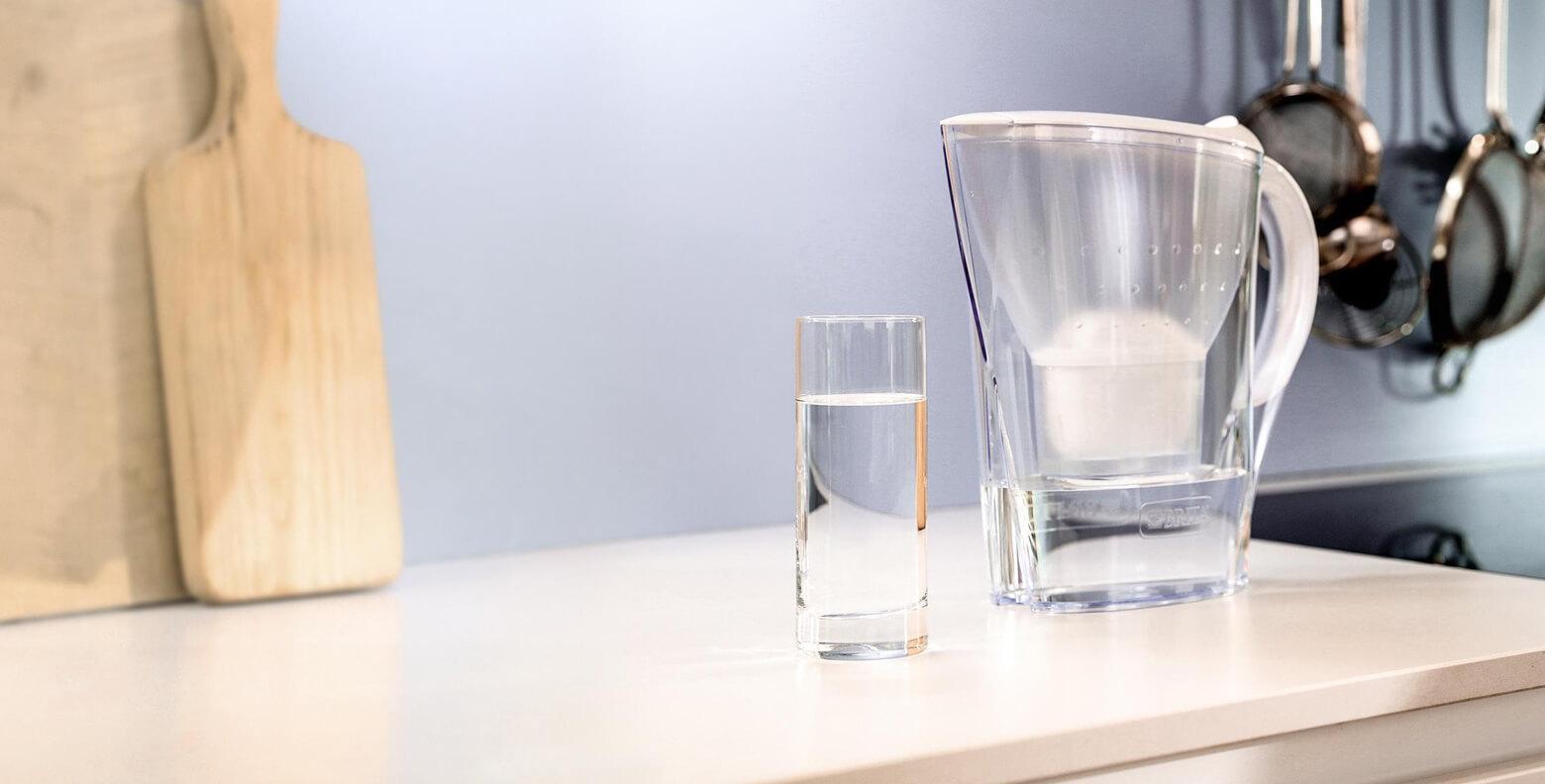 Marella mit Wasserglas auf der Küchentheke