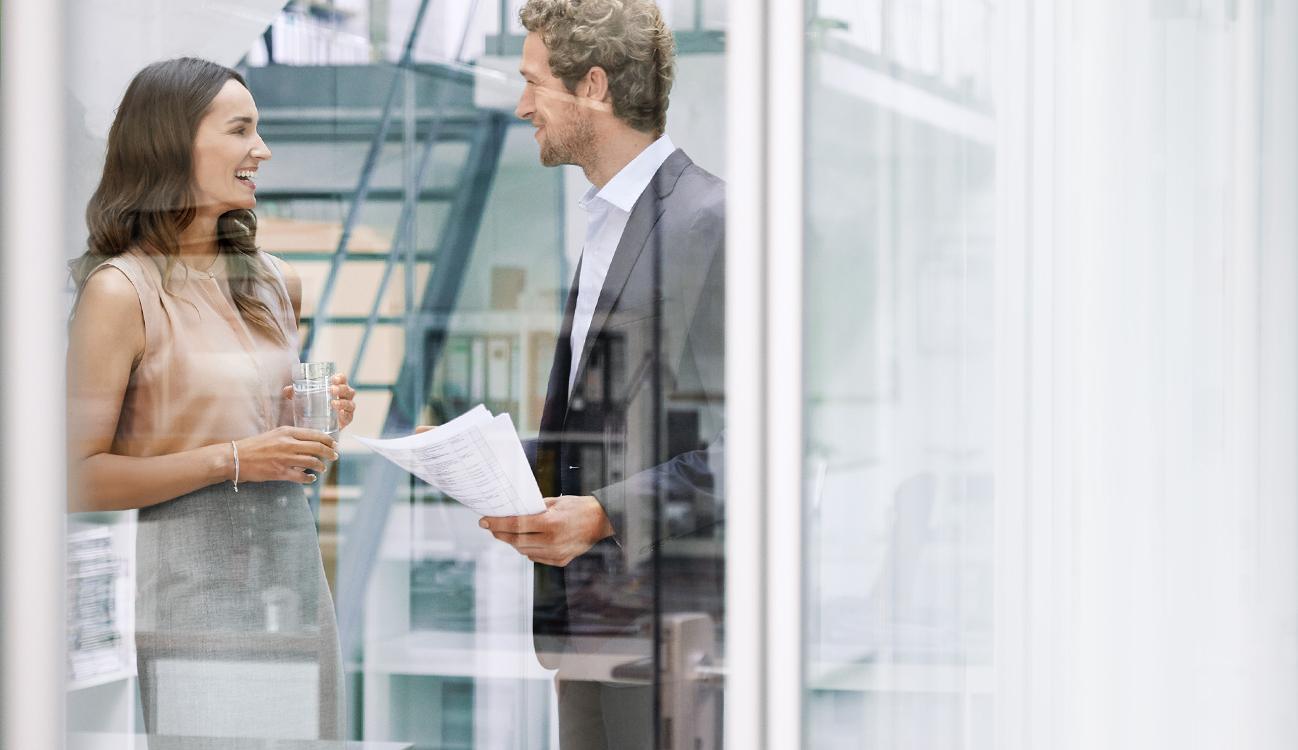 BRITA empleo hombre mujer charlando en oficina