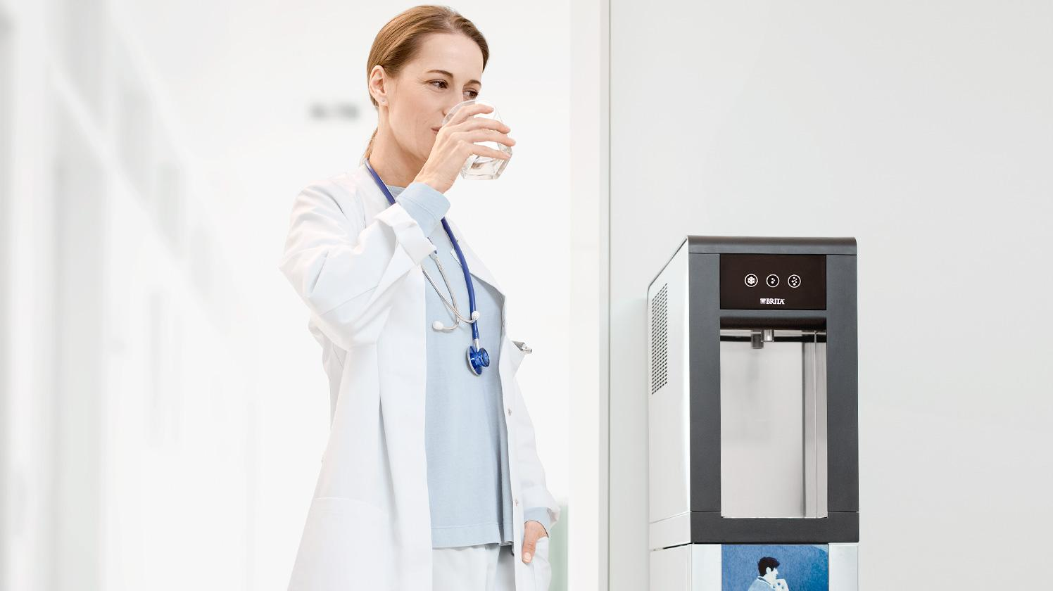 Filtro BRITA CLARITY Protect médico bebiendo