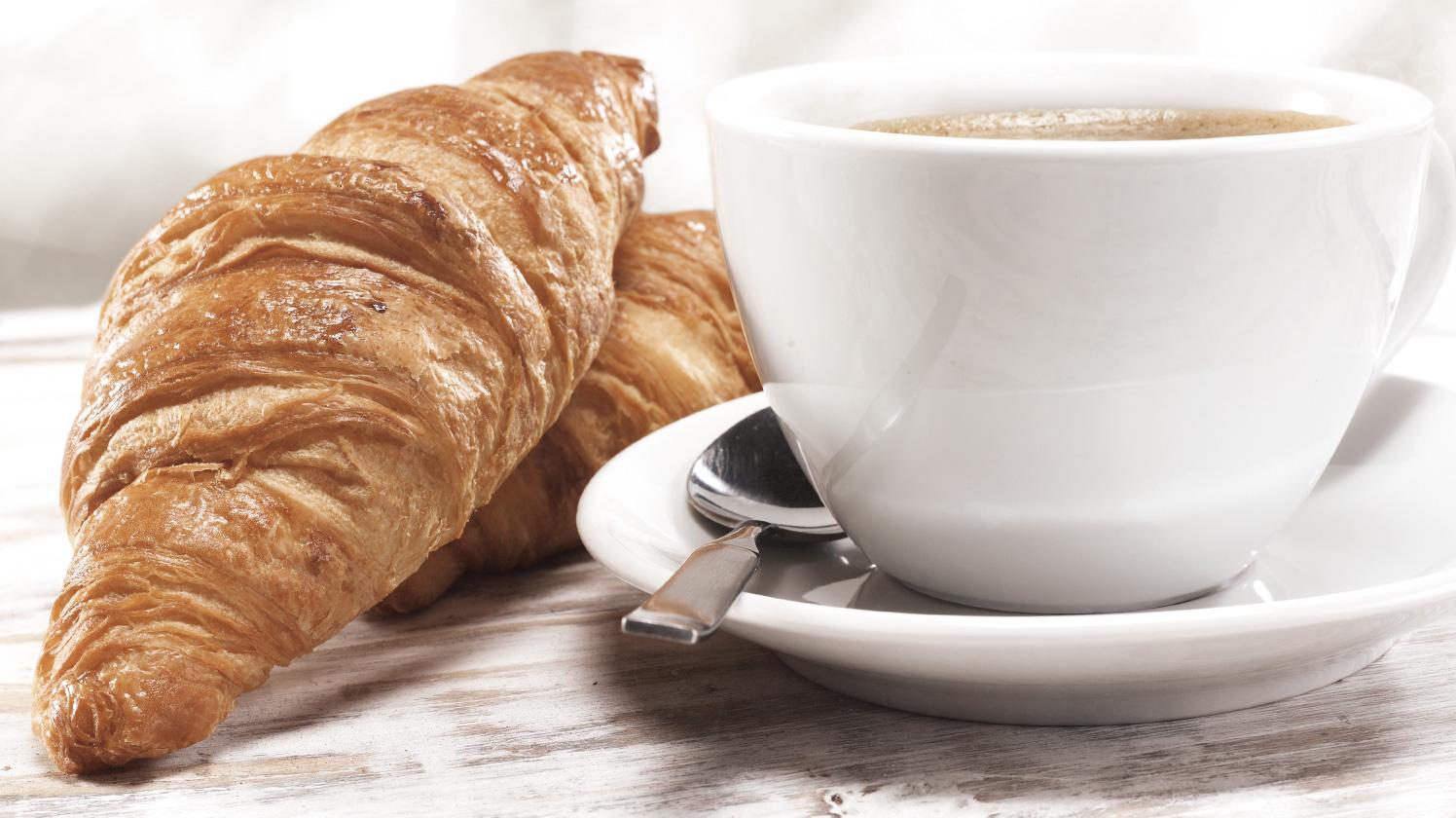 BRITA agua cafetería y panadería café y cruasanes