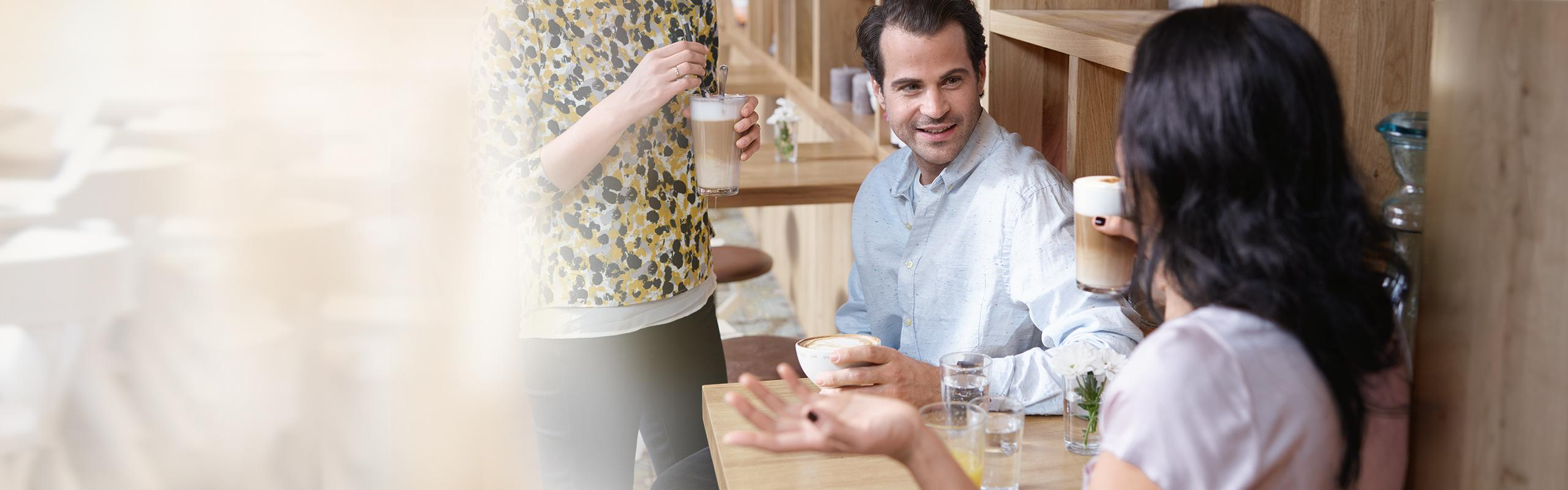 BRITA agua cafetería y panadería bebiendo café