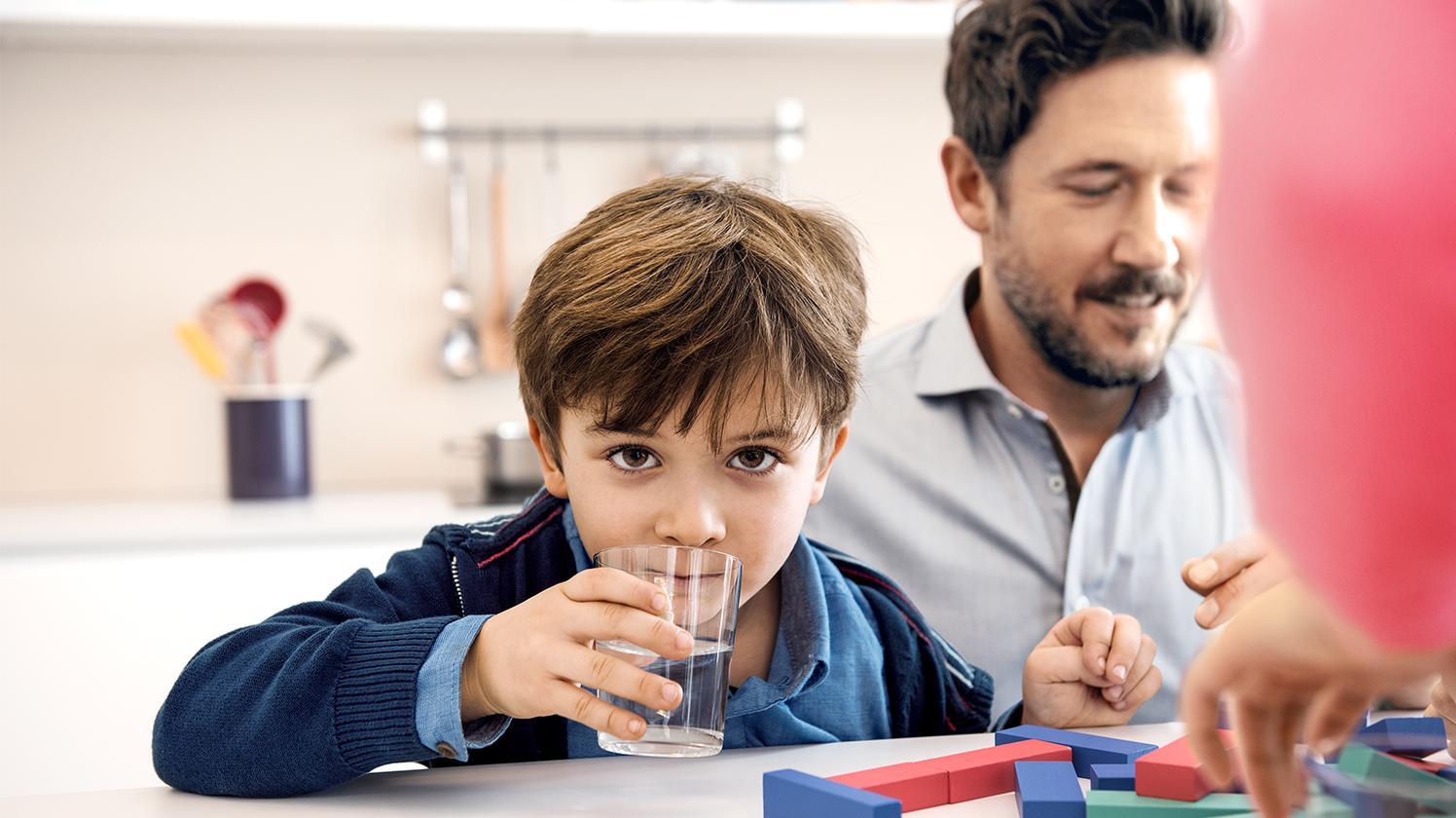 BRITA agua para escuelas – niño bebiendo agua