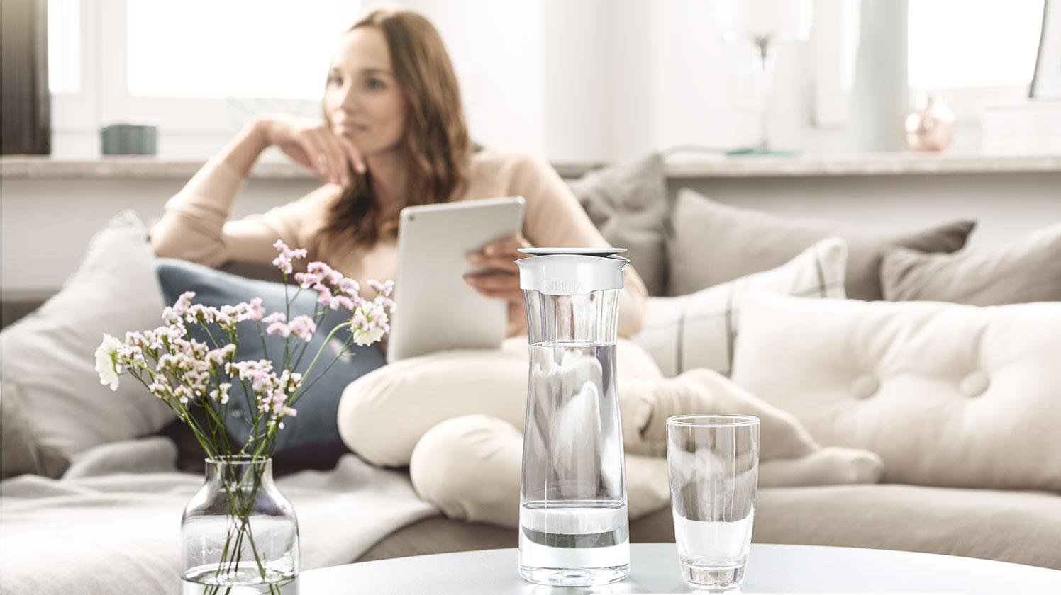 BRITA fill&serve Mind woman couch