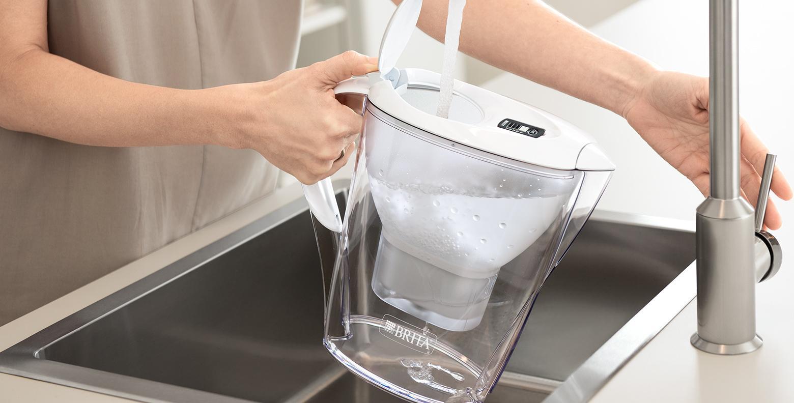 Verter el agua en una jarra de filtro de agua
