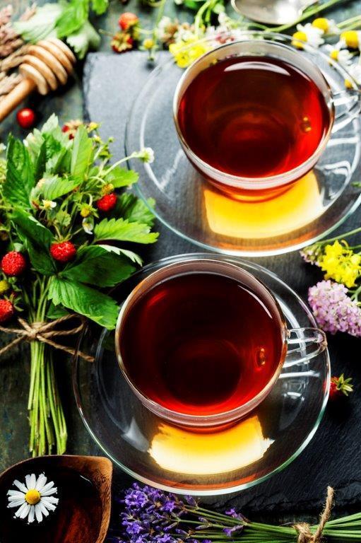 Teekanne mit Teetasse in Wohnzimmer