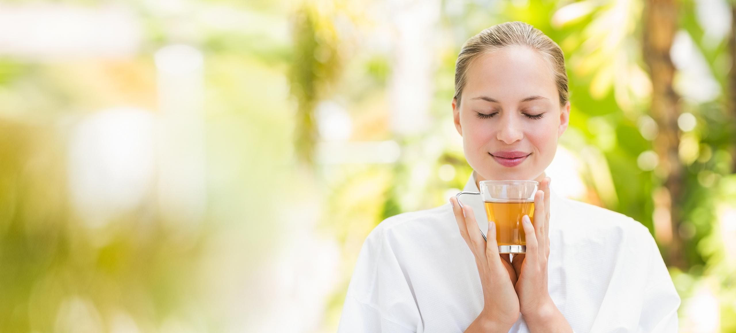 Frau genießt Tee in der Natur
