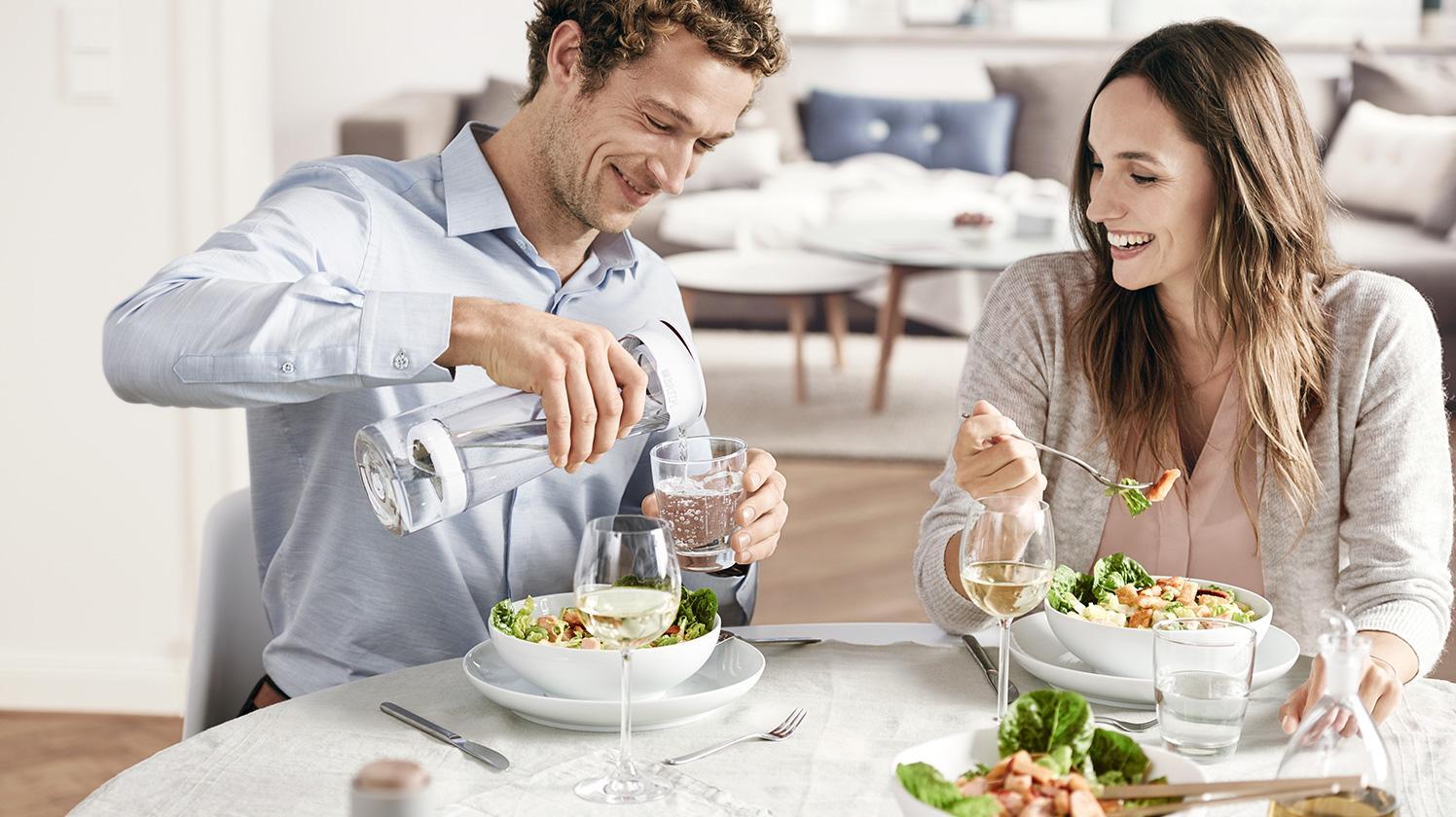 BRITA fill&serve Mind dinner couple pour
