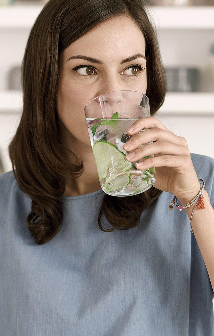 Frau, die Wasser trinkt