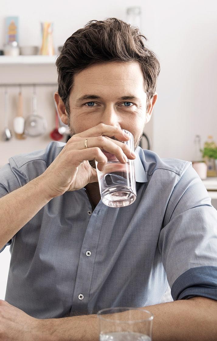 Mann, der Wasser trinkt