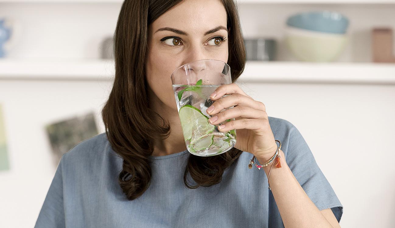 BRITA 個人飲水需求 喝著水的女人