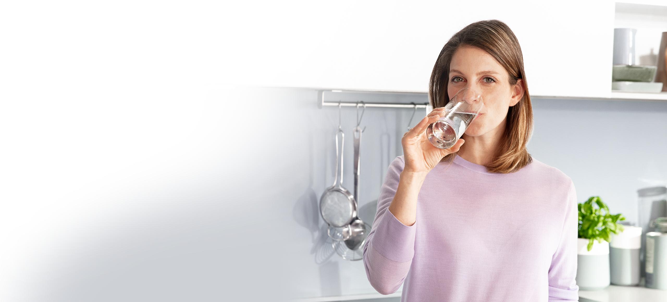 Kobieta pijąca zimną wodę