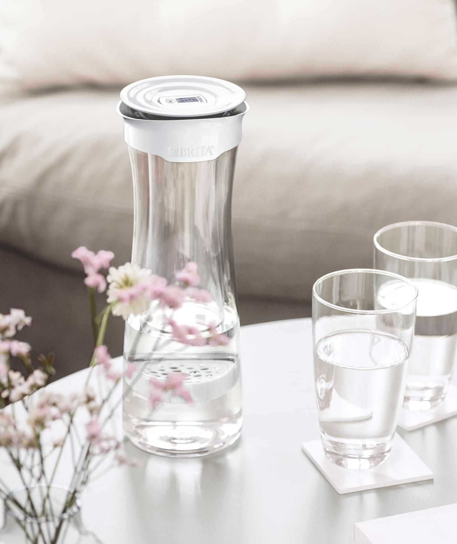放於客廳茶几上的 fill&serve 時尚濾水瓶