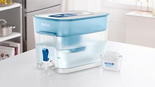 放在廚房桌上的 Flow 濾水箱及 MAXTRA+ 濾芯