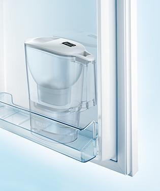 放於冰箱門的 Aluna 濾水壺