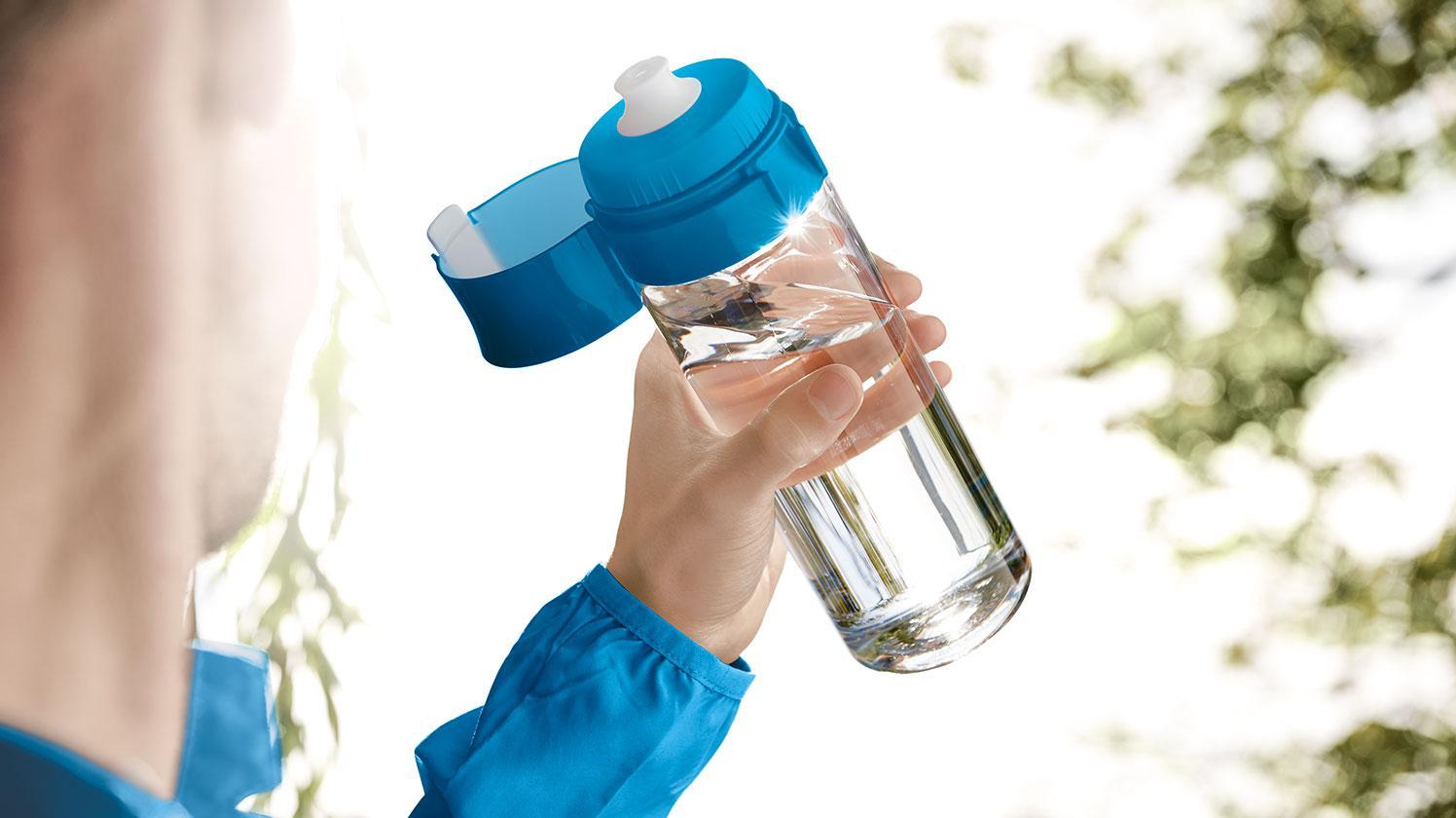 BRITA fill&go Vital 隨身濾水瓶 blue— 男士在公園使用運動水瓶