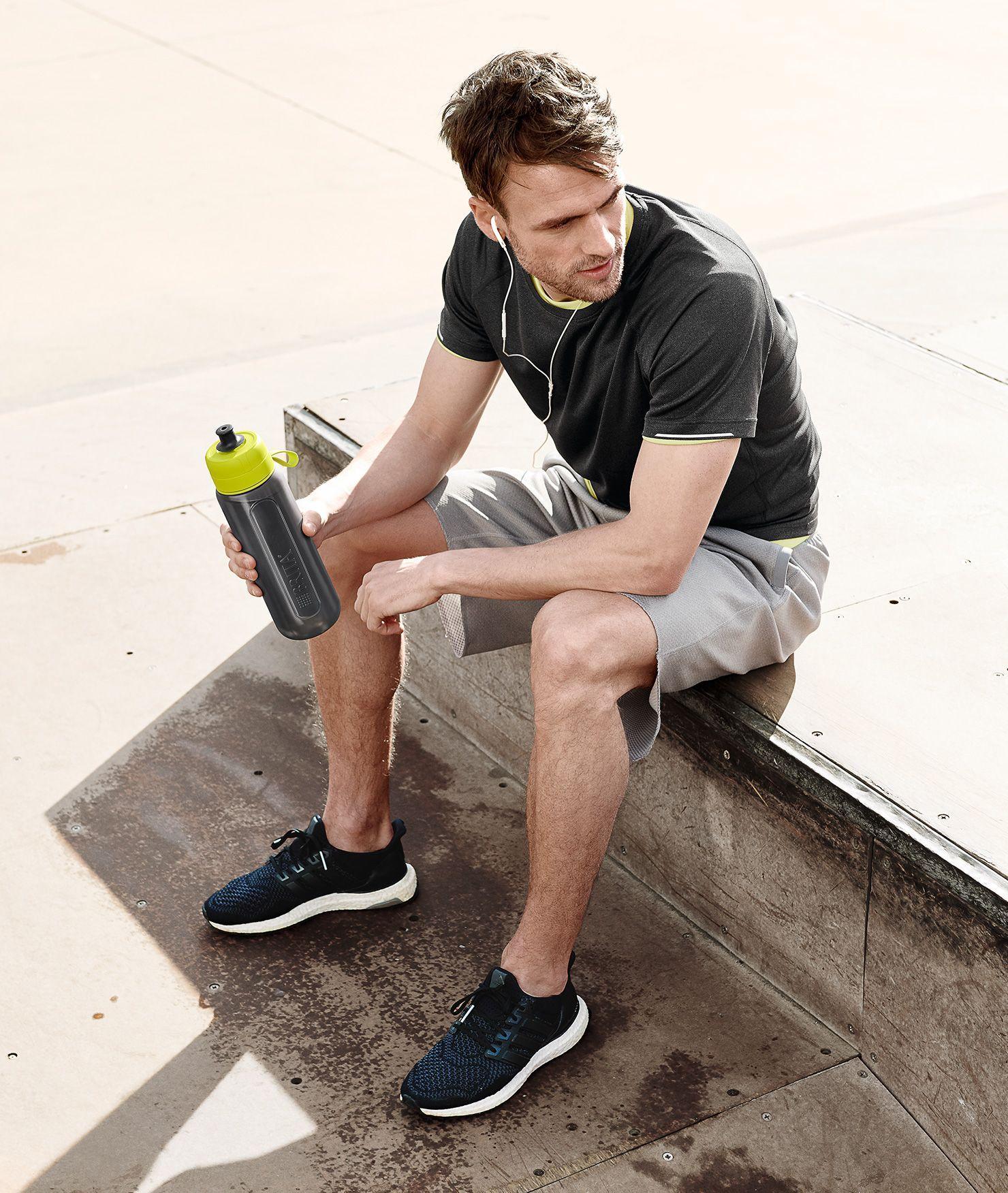 BRITA Active XL lime—坐在長椅上的男士