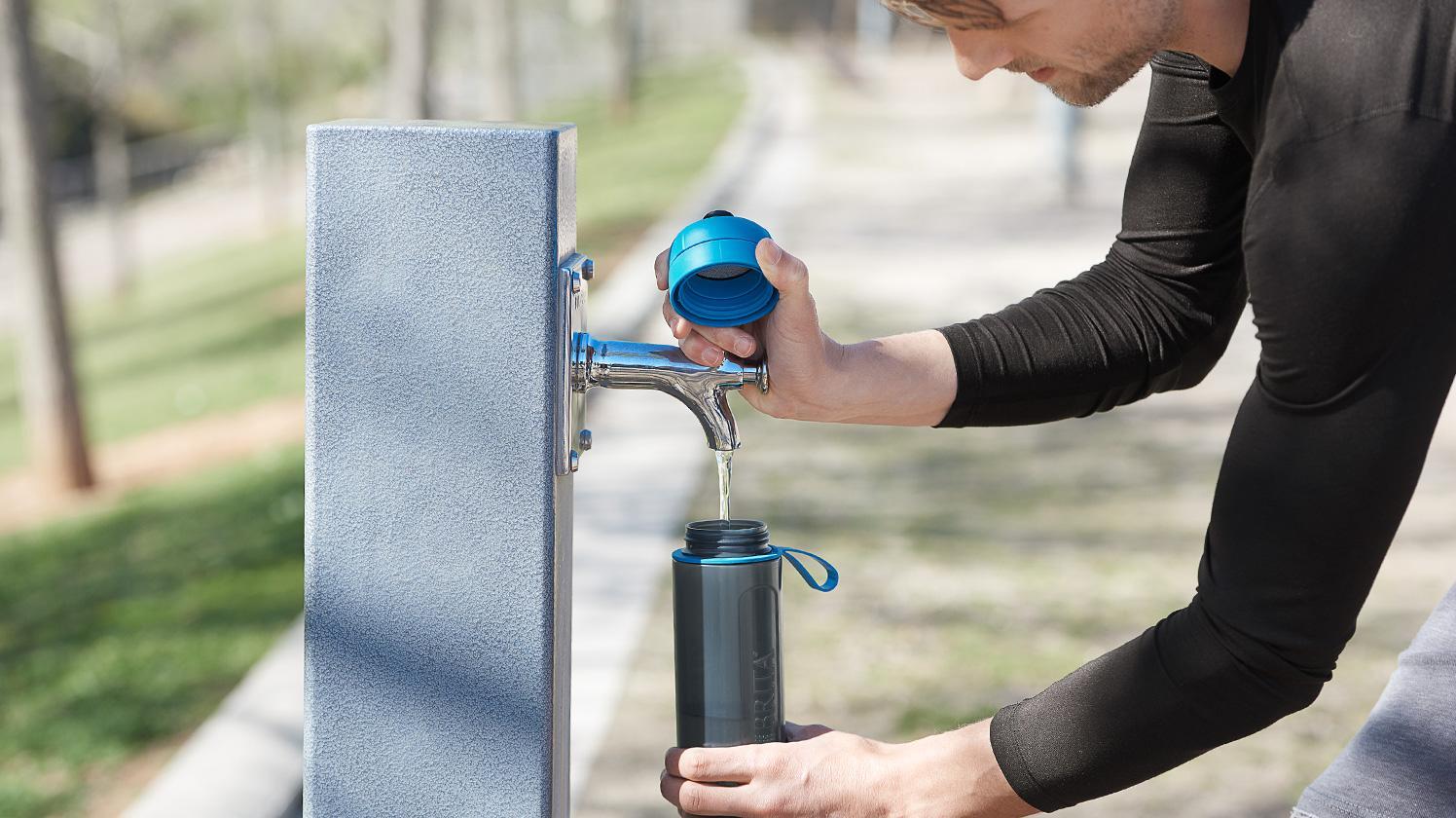 BRITA fill&go Active 運動濾水瓶 blue—正在戶外補注水量的男士