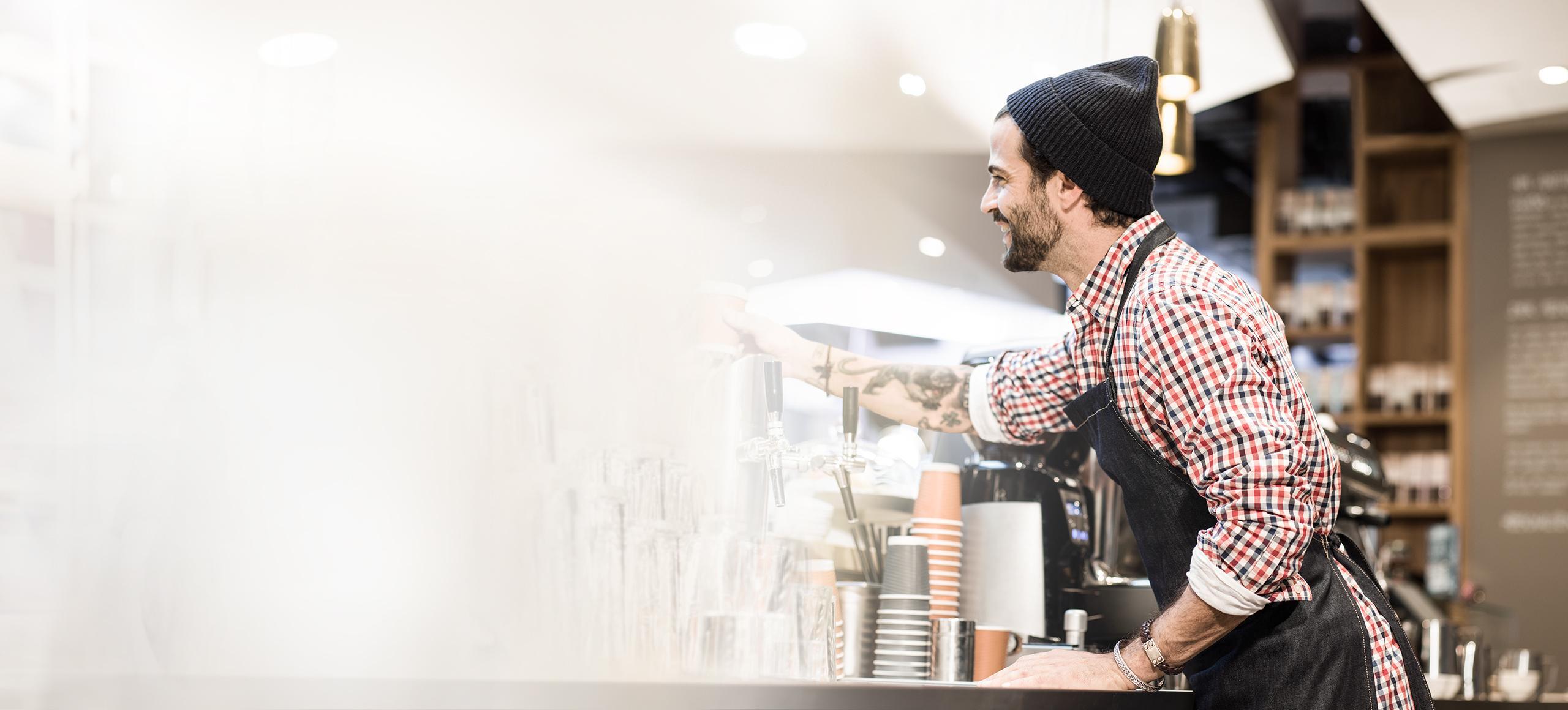 咖啡烘焙師正加熱牛奶並打奶泡。
