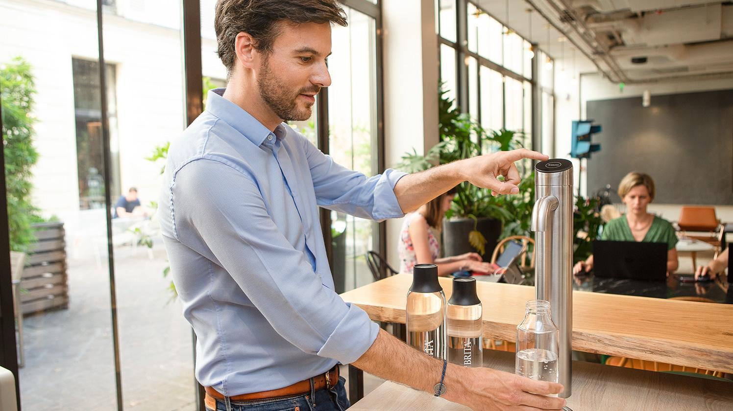 Wasser zapfen im Büro